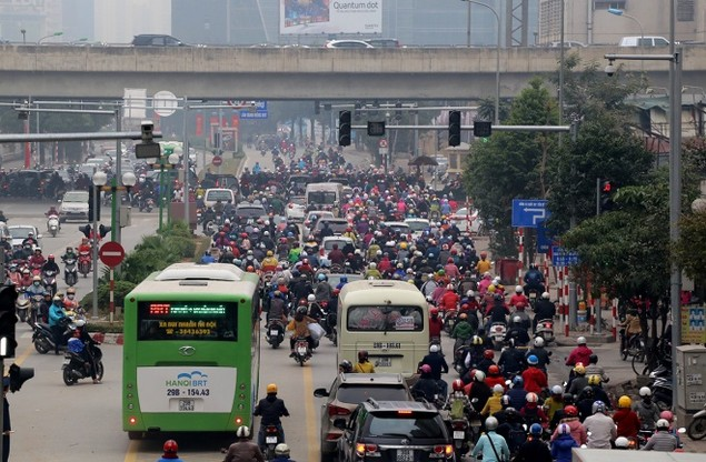 Buýt nhanh bị 'bủa vây' trên đường phố - ảnh 1