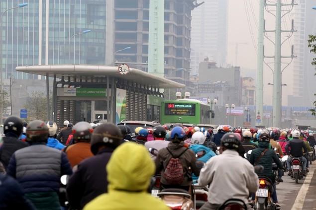 Buýt nhanh bị 'bủa vây' trên đường phố - ảnh 3