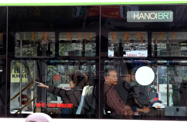 Buýt nhanh bị 'bủa vây' trên đường phố - ảnh 10