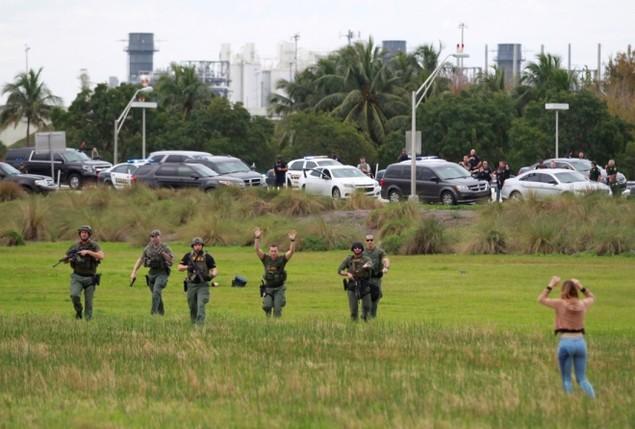 Cảnh tượng như 'vùng chiến sự' trong vụ xả súng sân bay Mỹ - ảnh 5