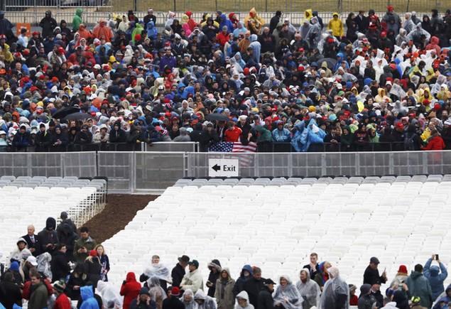 Hàng nghìn người đội mưa chờ lễ nhậm chức của ông Trump - ảnh 1