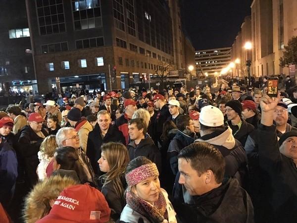Hàng nghìn người đội mưa chờ lễ nhậm chức của ông Trump - ảnh 2