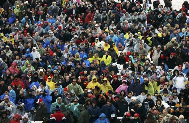 Hàng nghìn người đội mưa chờ lễ nhậm chức của ông Trump - ảnh 4