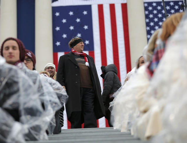 Hàng nghìn người đội mưa chờ lễ nhậm chức của ông Trump - ảnh 5
