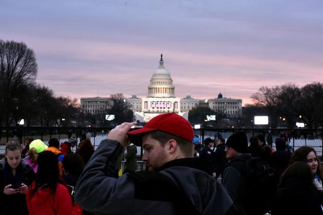 Hàng nghìn người đội mưa chờ lễ nhậm chức của ông Trump - ảnh 6