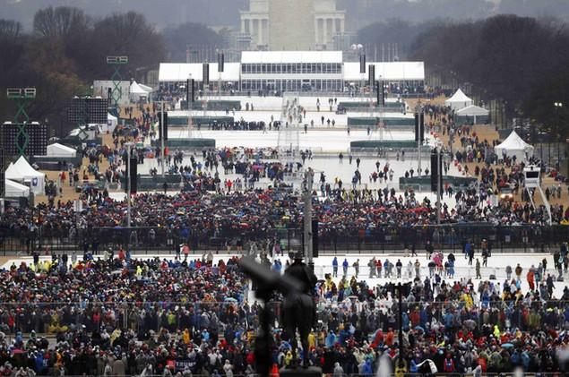 Hàng nghìn người đội mưa chờ lễ nhậm chức của ông Trump - ảnh 7