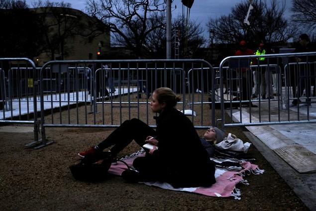 Hàng nghìn người đội mưa chờ lễ nhậm chức của ông Trump - ảnh 10