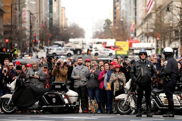 Hàng nghìn người đội mưa chờ lễ nhậm chức của ông Trump - ảnh 11
