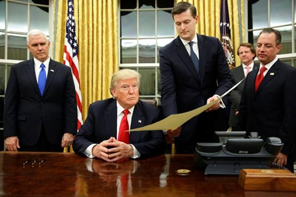 Trump ký sắc lệnh tổng thống đầu tiên chống Obamacare - ảnh 1