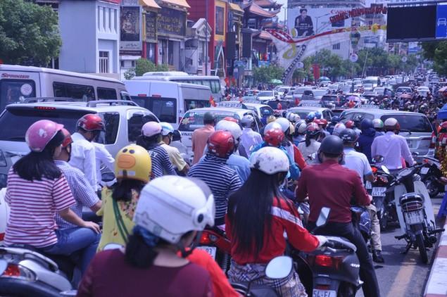 Dòng người đổ xô đi lễ chùa đầu năm, giao thông kẹt cứng - ảnh 1