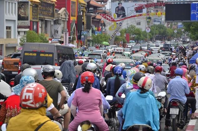Dòng người đổ xô đi lễ chùa đầu năm, giao thông kẹt cứng - ảnh 2