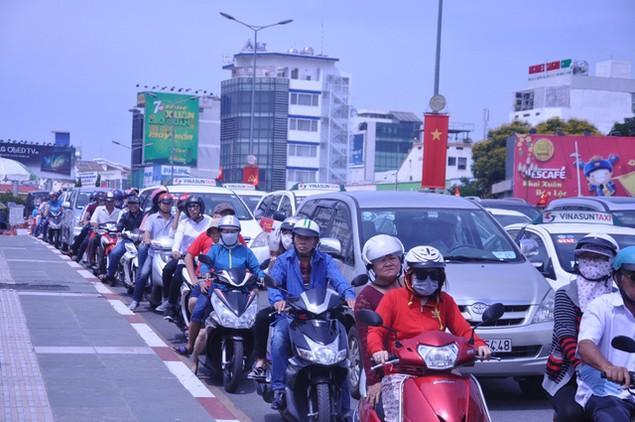 Dòng người đổ xô đi lễ chùa đầu năm, giao thông kẹt cứng - ảnh 3