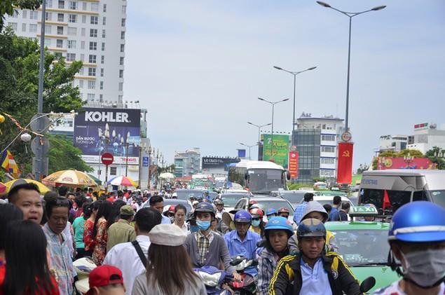 Dòng người đổ xô đi lễ chùa đầu năm, giao thông kẹt cứng - ảnh 4
