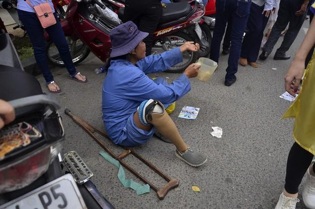 Dòng người đổ xô đi lễ chùa đầu năm, giao thông kẹt cứng - ảnh 8