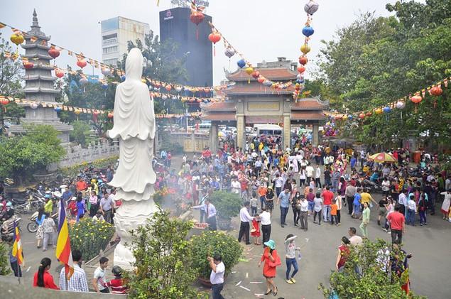 Dòng người đổ xô đi lễ chùa đầu năm, giao thông kẹt cứng - ảnh 9