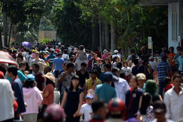Khu vui chơi ở Sài Gòn đông nghịt người du xuân, vãn cảnh... - ảnh 1