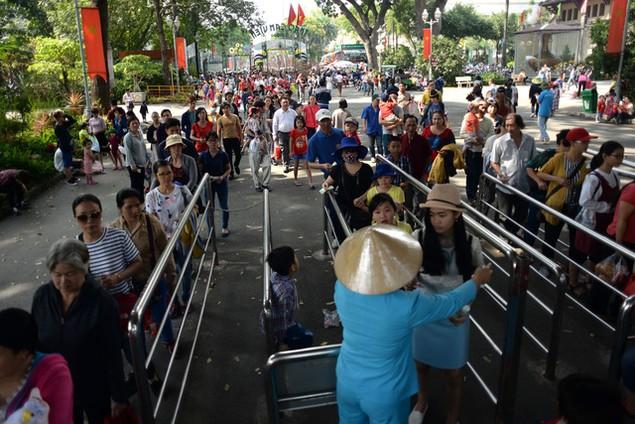 Khu vui chơi ở Sài Gòn đông nghịt người du xuân, vãn cảnh... - ảnh 2