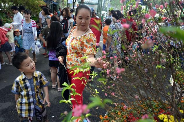 Khu vui chơi ở Sài Gòn đông nghịt người du xuân, vãn cảnh... - ảnh 3