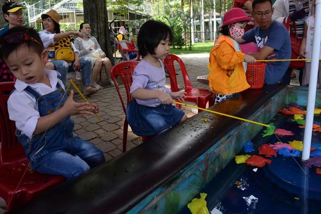 Khu vui chơi ở Sài Gòn đông nghịt người du xuân, vãn cảnh... - ảnh 9