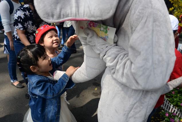 Khu vui chơi ở Sài Gòn đông nghịt người du xuân, vãn cảnh... - ảnh 11