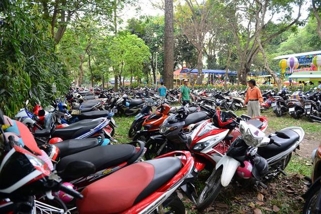 Khu vui chơi ở Sài Gòn đông nghịt người du xuân, vãn cảnh... - ảnh 12