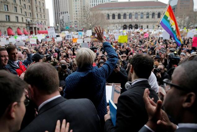 Biểu tình bùng phát khắp nước Mỹ phản đối sắc lệnh di trú của ông Trump - ảnh 2