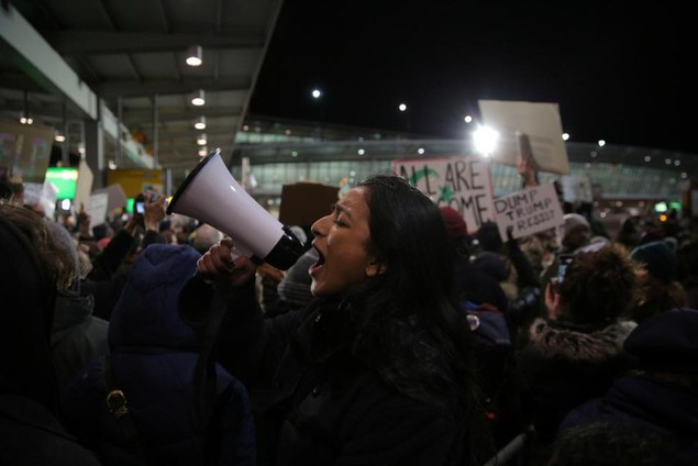 Biểu tình bùng phát khắp nước Mỹ phản đối sắc lệnh di trú của ông Trump - ảnh 8