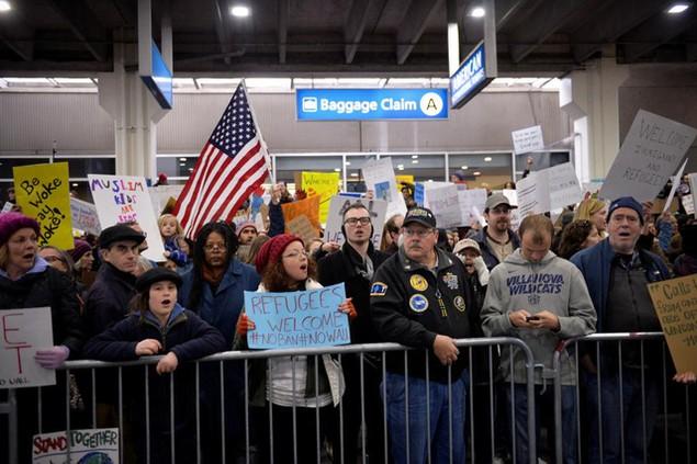 Biểu tình bùng phát khắp nước Mỹ phản đối sắc lệnh di trú của ông Trump - ảnh 10
