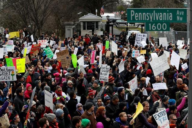 Biểu tình bùng phát khắp nước Mỹ phản đối sắc lệnh di trú của ông Trump - ảnh 13