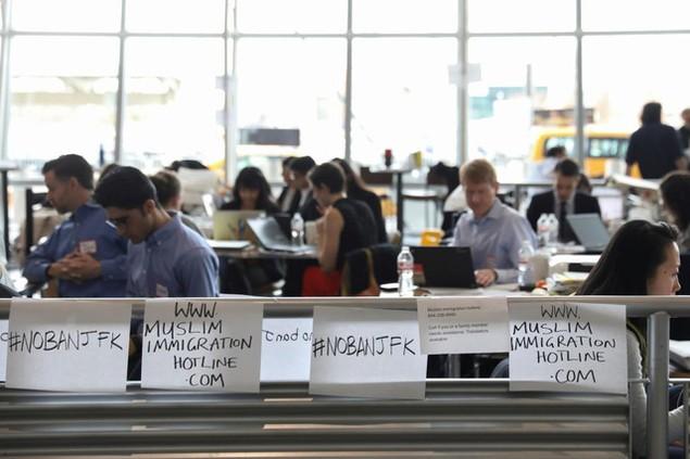 Hàng trăm luật sư Mỹ tình nguyện trợ giúp những người bị bắt vì sắc lệnh của ông Trump - ảnh 14