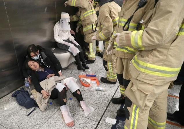 Tấn công bằng bom xăng trên tàu điện ngầm Hong Kong, 18 người bị thương - ảnh 1