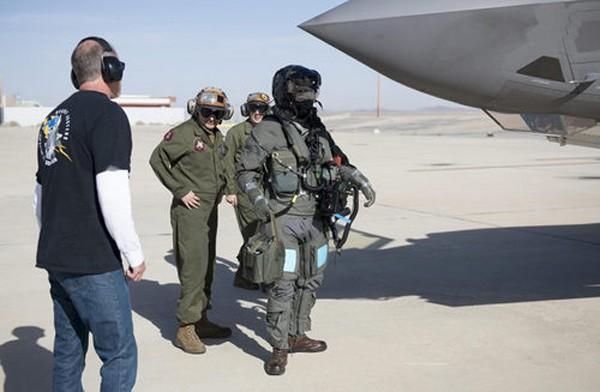Mỹ thử nghiệm bộ đồ chống vũ khí sinh hóa cho phi công F-35 - ảnh 1