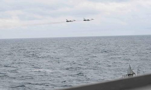Mỹ công bố hình ảnh Su-24 Nga áp sát chiến hạm trên Biển Đen - ảnh 1
