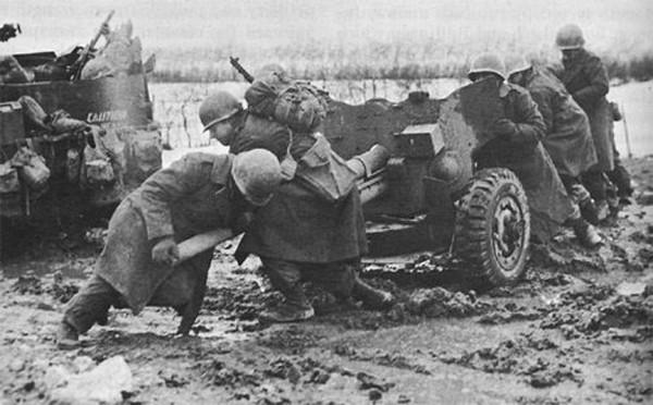 Lính Mỹ dùng súng ngắn chặn đứng xe tăng Đức - ảnh 1