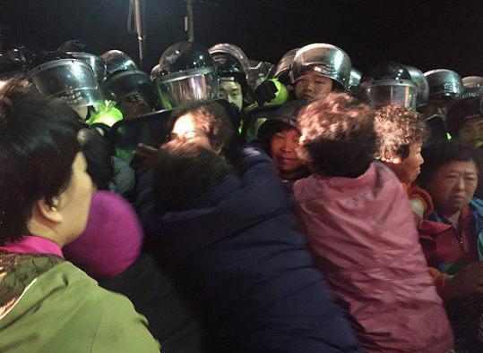 Cảnh sát đụng độ người biểu tình khi Mỹ triển khai lá chắn tên lửa tại Hàn Quốc - ảnh 1