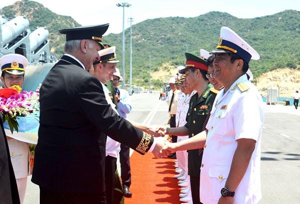 Tuần dương hạm Hải quân Nga thăm Cảng Cam Ranh - ảnh 1