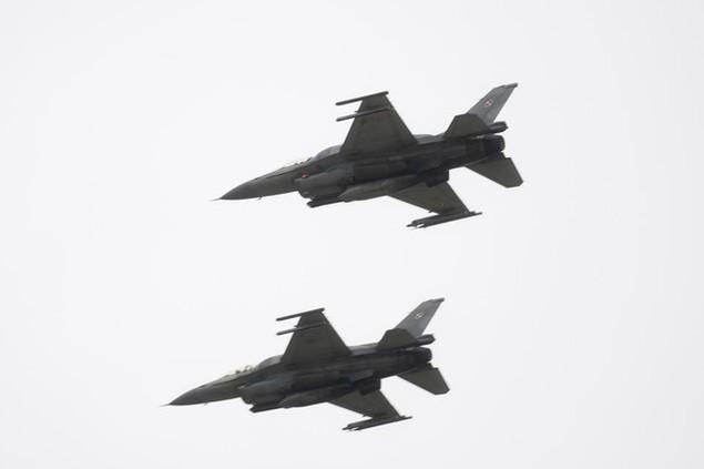 Hai máy bay chiến đấu phối hợp với nhau trong cuộc tập trận Baltops trên bầu trời Ba Lan (Ảnh: Alamy)