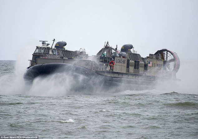 """""""Cuộc tập trận là cơ hội tốt để Mỹ cũng như các đồng minh và đối tác NATO rèn luyện khả năng phối hợp tác chiến trên không và trên biển"""", một quan chức Hải quân Mỹ cho biết. (Ảnh: REX)"""