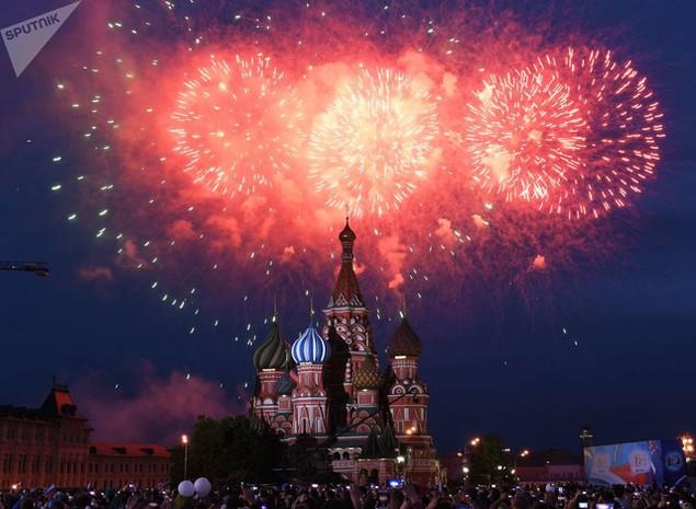 Pháo hoa trên Quảng trường Đỏ ở thủ đô Moscow mừng ngày Quốc khánh Nga 12/6. (Ảnh: Sputnik)