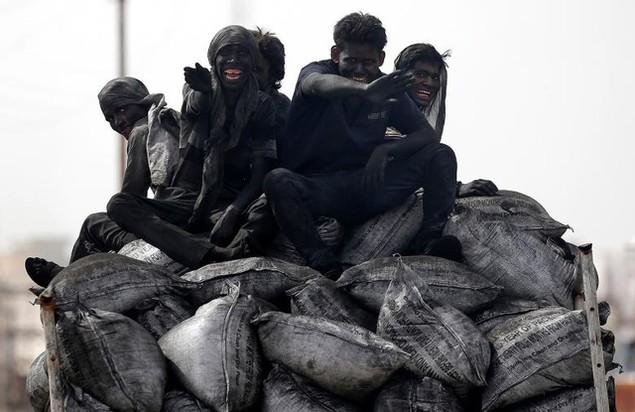 Các công nhân khai thác mỏ tại Barsana, Ấn Độ (Ảnh: Reuters)