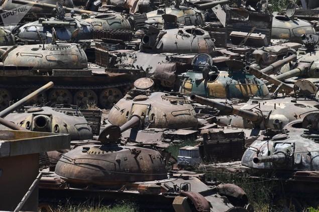 Các xe tăng bị hư hỏng tại một công ty sửa chữa và bảo dương phương tiện bọc thép ở Homs, Syria (Ảnh: Sputnik)
