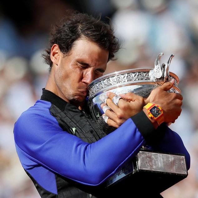 Tay vợt người Tây Ban Nha Rafael Nadal hôn cúp sau khi đánh bại đối thủ người Thụy Sĩ Stan Wawrinka để giành chức vô địch lần thứ 10 giải Pháp Mở rộng (Ảnh: Reuters)