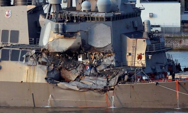 Tàu khu trục Mỹ bị đâm móp mạn phải.