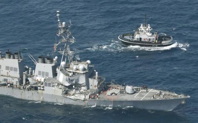 Tàu khu trục Mỹ được kéo về cảng.