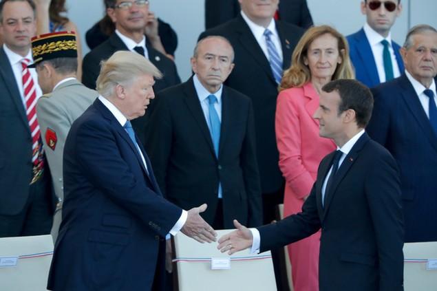 Tổng thống Pháp Emmanuel Macron bắt tay Tổng thống Mỹ Donald Trump tại lễ duyệt binh (Ảnh: Reuters)
