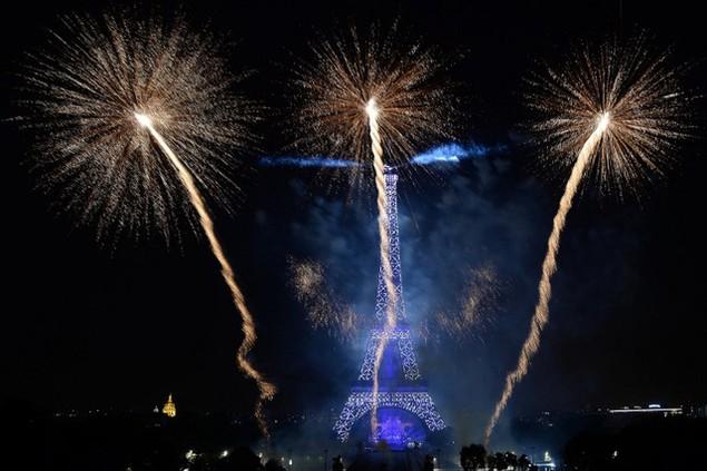Bầu trời thủ đô Paris bừng sáng trong đêm trong màn bắn pháo hoa ngoạn mục (Ảnh: AFP)