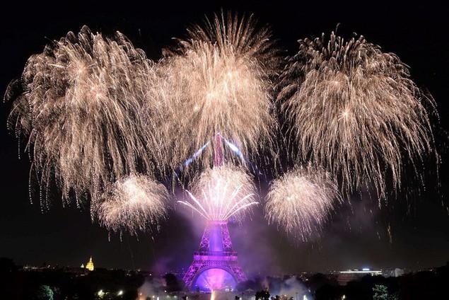 Pháo hoa rực sáng giữa trời đêm (Ảnh: AFP)