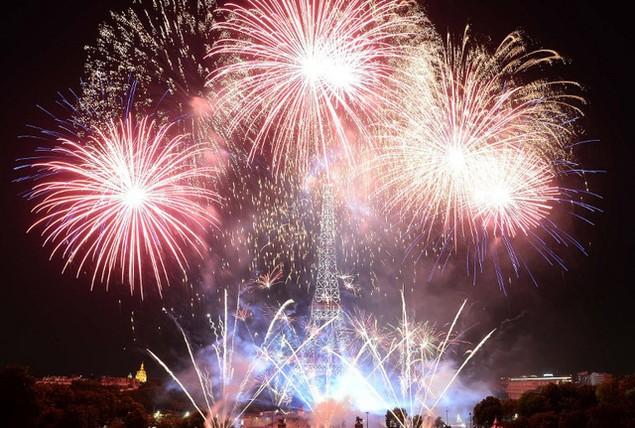 Thủ đô Paris bừng sáng và diễm lệ trong ánh pháo hoa muôn màu (Ảnh: AFP)