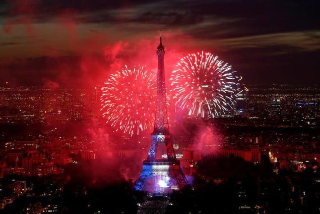 Pháo hoa và ánh sáng 3 màu đỏ-xanh-trắng tượng trương cho quốc kỳ Pháp đã thắp sáng tháp Eiffel - biểu tượng của thủ đô Paris - vào tối 14/7, nhân kỷ niệm 228 năm ngày Quốc khánh Pháp. (Ảnh: Reuters)