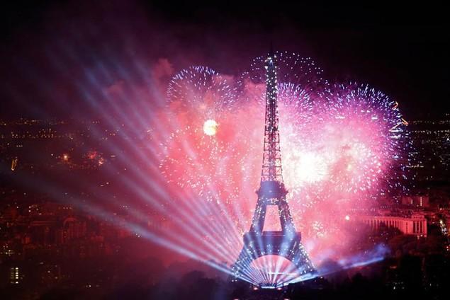 Màn trình diễn pháo hoa và ánh sáng đẹp mắt tại tháp Eiffel (Ảnh: Reuters)